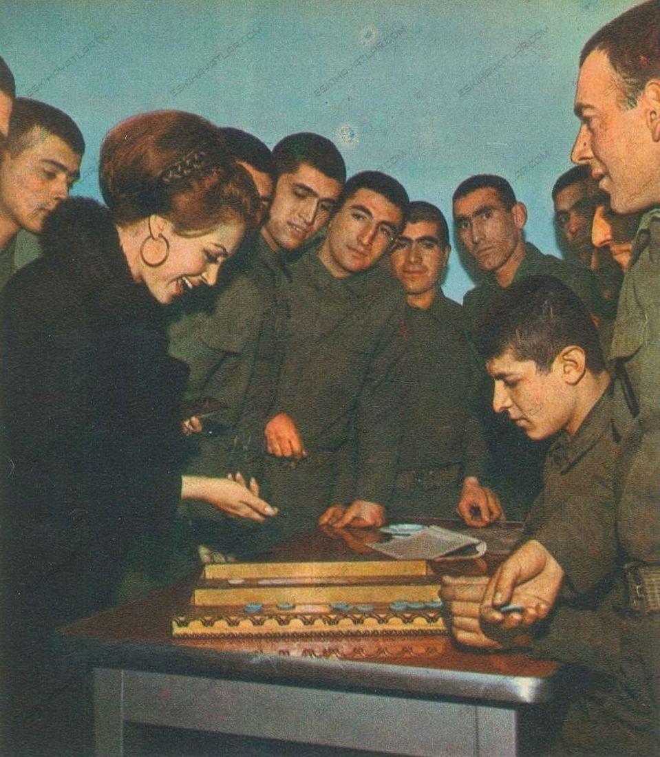 turkan-soray-davutpasa-kislasinda-mehmetcik-ziyaretinde-1971-hayat-dergisi (7)