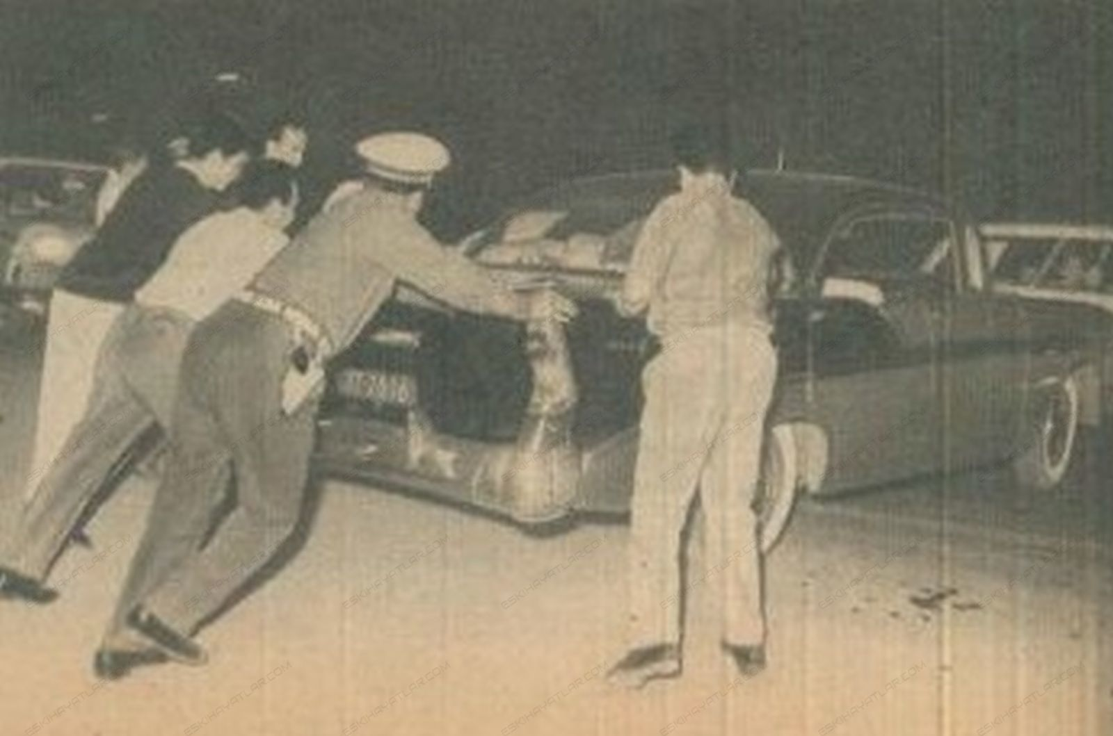 0263-altmisli-yillarda-istanbul-trafigi-1965-hayat-dergisi (5)