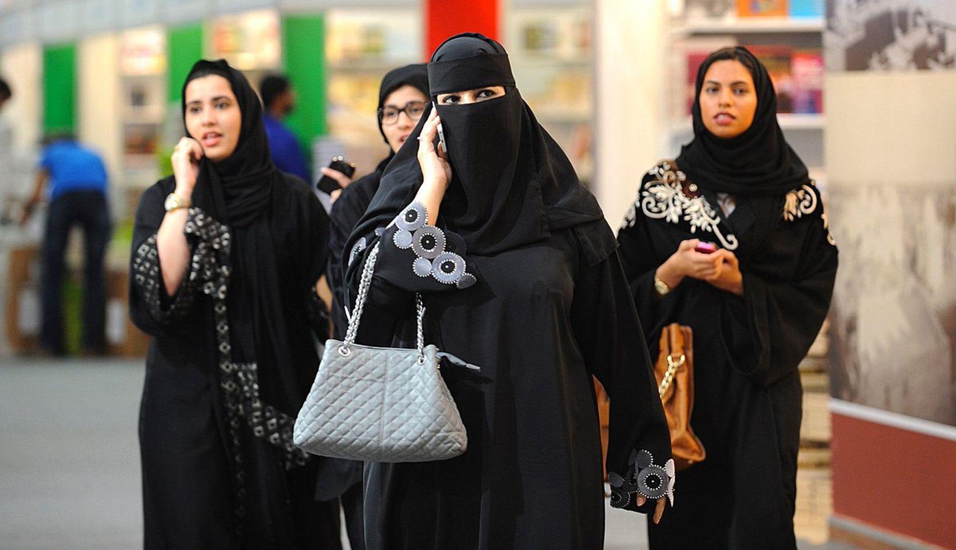 0216-islam-ulkelerinde-seriat-nasildir-1995-nokta-dergisi-carsaf-giyen-kadinlar (6)