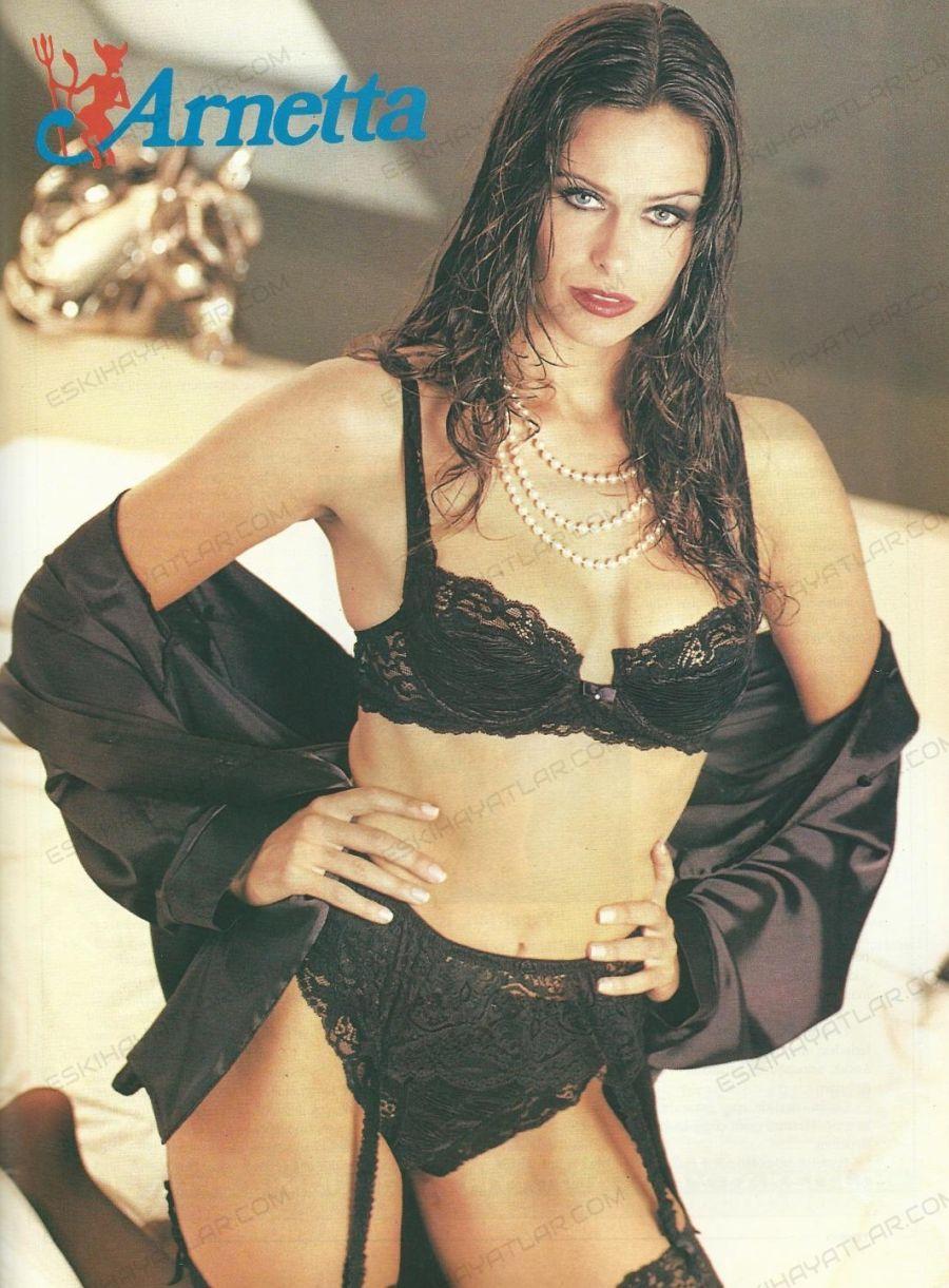 0605-doksanlarda-ic-camasiri-reklami-1993-yili-arnetta-kreasyonlari-siyah-ic-camasir-giyen-kadin-resmi
