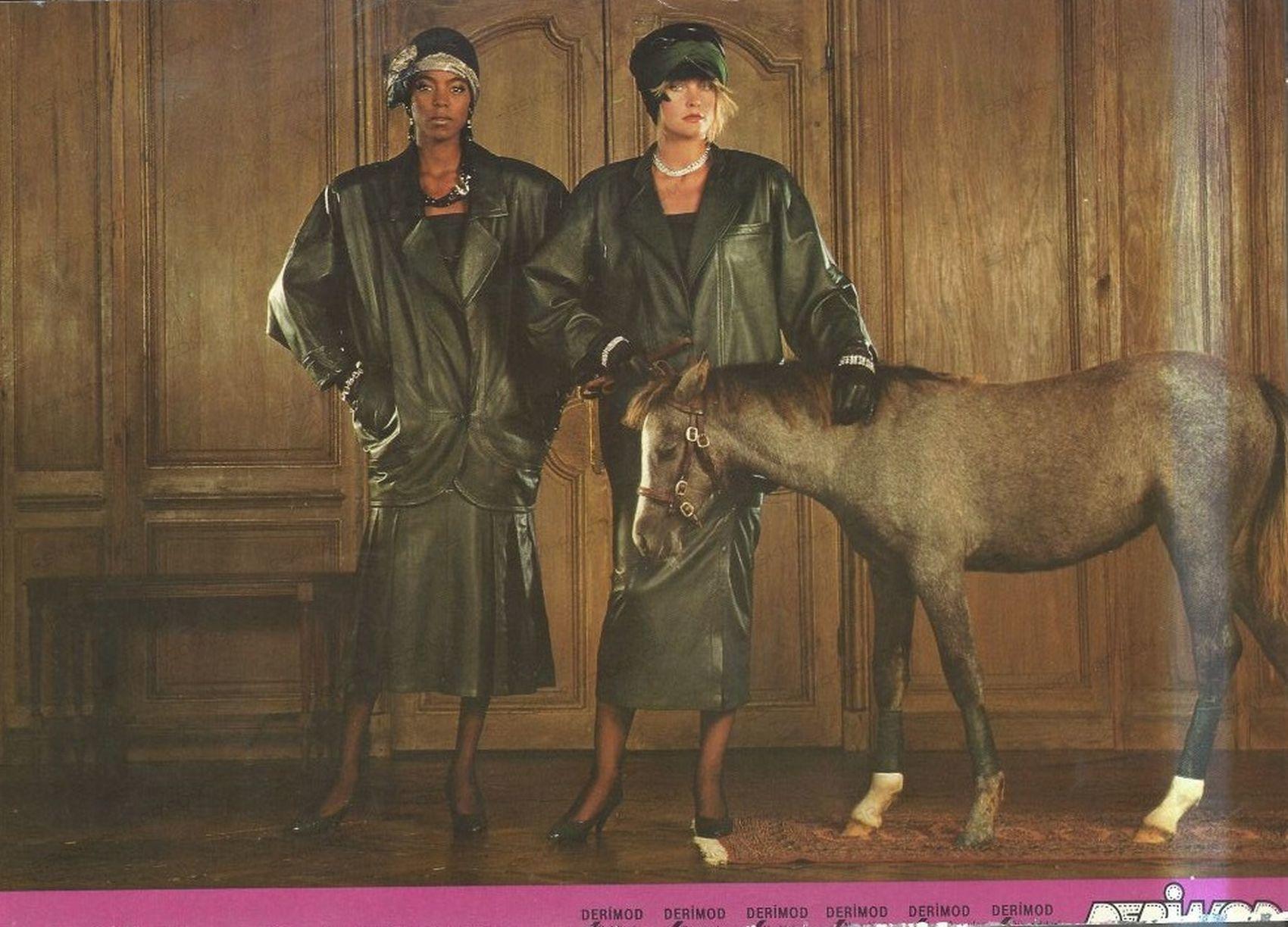 0125-umit-zaim-1985-yilinda-tekstil-reklamlari-derimod-reklam-arsivi-deri-ceket-giyen-kadinlar-seksenler